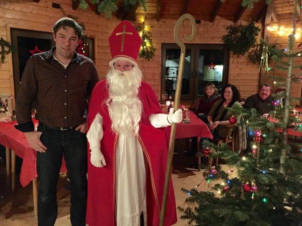 Auch der Nikolaus besuchte die Weihnachtsfeier des AH-Teams der DJK