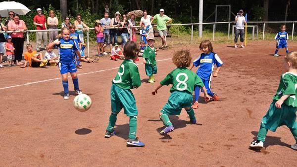 Auch die Bambini der DJK Königsfeld und des VfR Waldorf spielten an diesem Sportfest gegeneinander...
